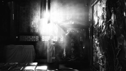Amazing photo of a monk in the morning light ⛩@maitezeng2016